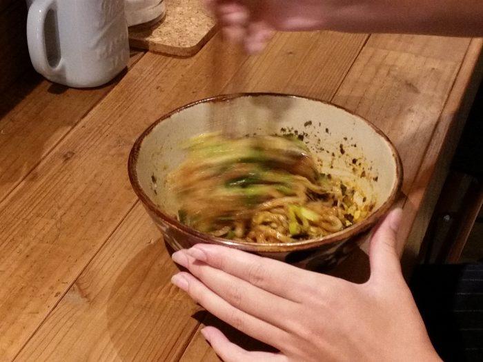 手元にまぜ麺届いたら、即グルグルグルグルにかき混ぜるべし!