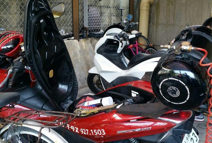 手前の赤いバイクがニシムラモータースさんのバイク、タンデムシートにコンプレッサー積んでる!シート下からもいろいろ工具が出て来た(^^)