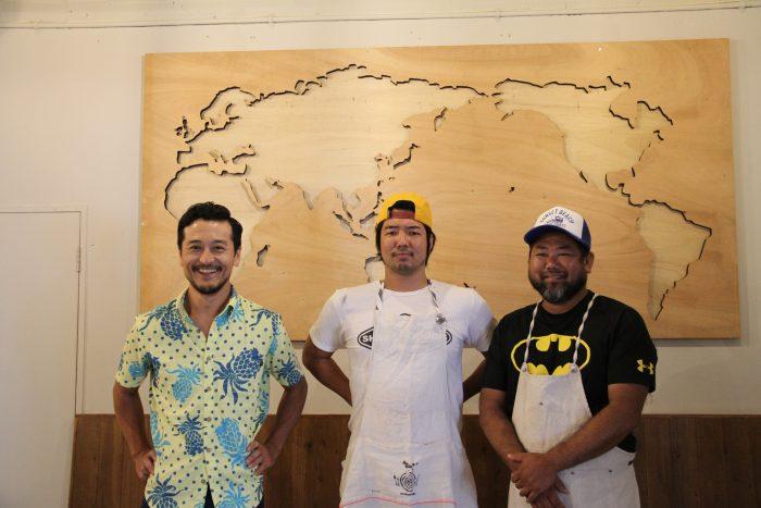 左から大谷さん、店長のシンゴさん、麺作りのフトシさん! バックには世界地図が♪