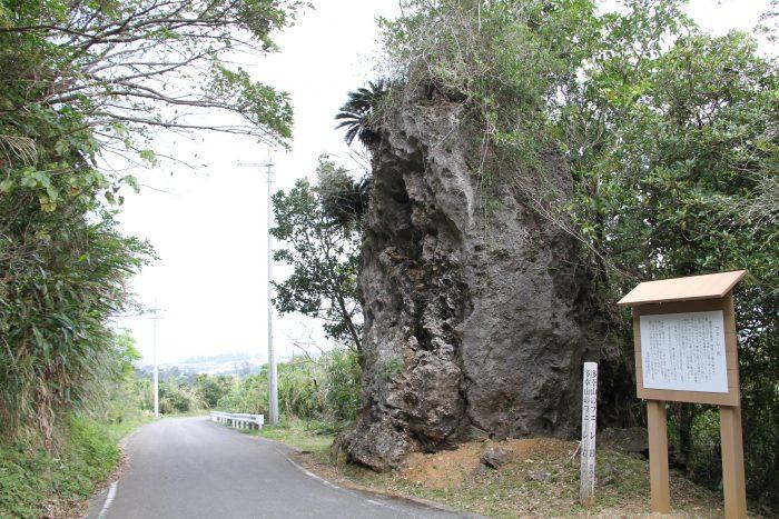 この岩の上から、山賊が通り人の荷物を引っ張り上げてかっぱらたらしい