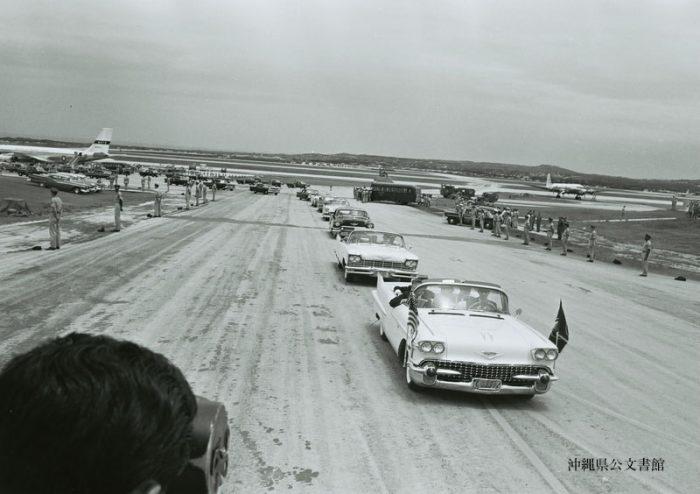 1959 キャデラックもバンバン走っていた!ロックンロール!!(写真:沖縄公文書館)