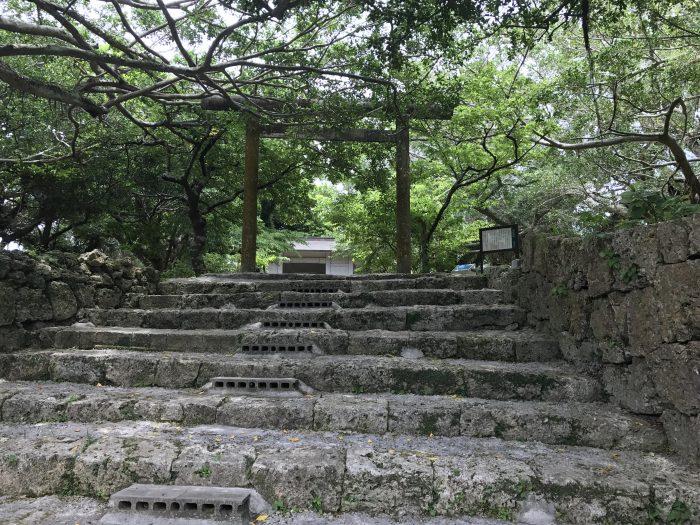 南山城跡は高嶺小学校の敷地内にある。