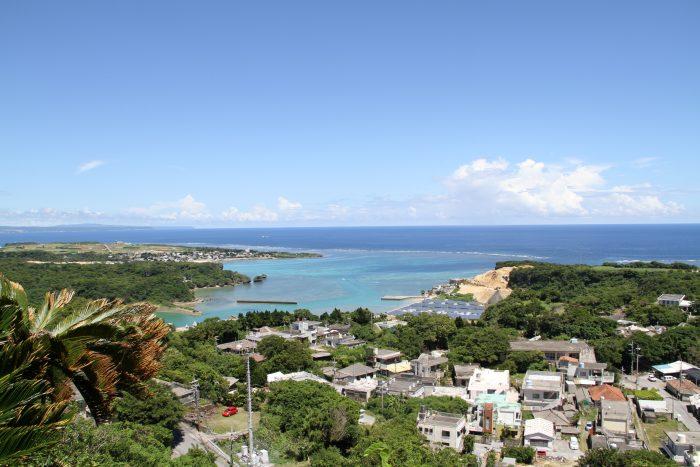 シヌグ堂バンタからの風景、左奥に見えるのが伊計島