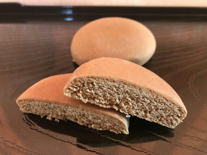 タンナファークルー クンペンに似せた庶民向けのお菓子。中に餡は入っておらず。