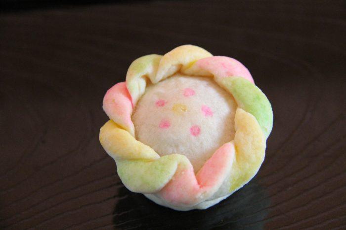 千寿糕:蓮の花を形取った焼き菓子