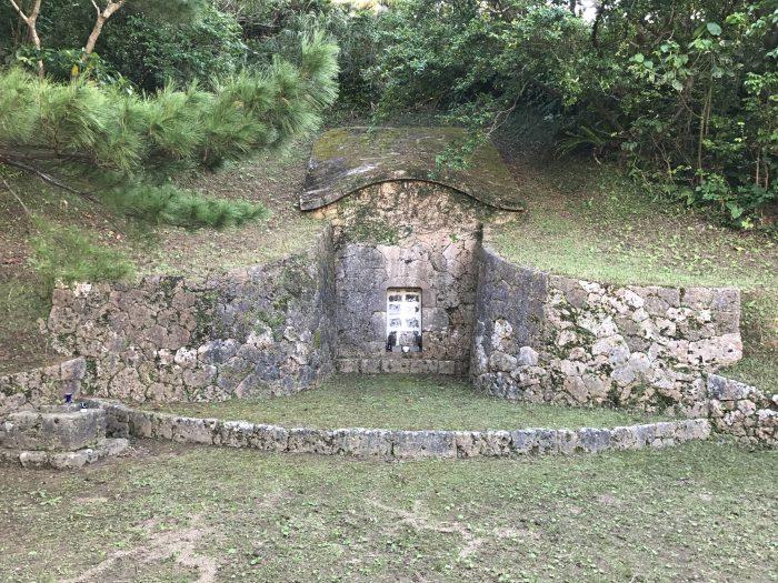 玉城朝薫の墓