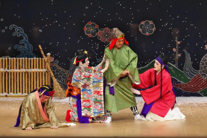 今回上演される『雪払い(ゆちばれー)』 沖縄なんだけど、、雪という設定も組踊ならでは! 写真: 国立劇場おきなわ
