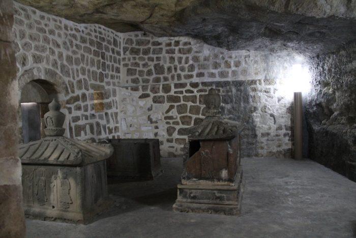 お墓の内部を再現したレプリカ