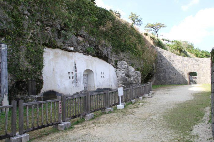 左手のお墓には尚寧王が、右手には英祖王が眠っていると言われている。