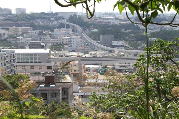浦添城から見える延伸されたゆいレール、駅は前田駅だね