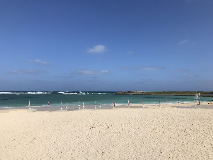 あまりの強風と波の高さで波が砂浜まで乗り上げてたどーや。