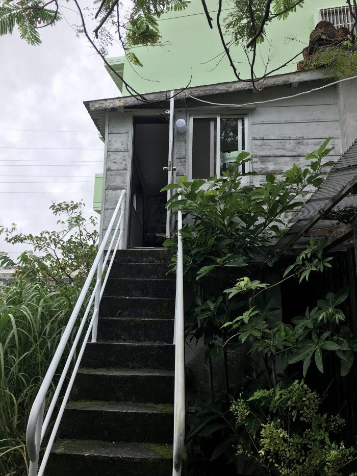 書斎への階段。日々のやりきれない思いを胸に、酒が影響してこの階段を踏み外して転落、最期となったらしい。