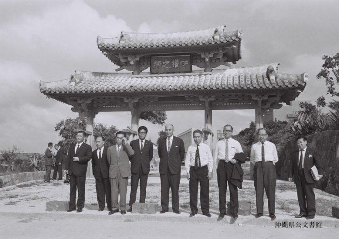 門の後ろは琉球大学 写真:沖縄公文書館所蔵